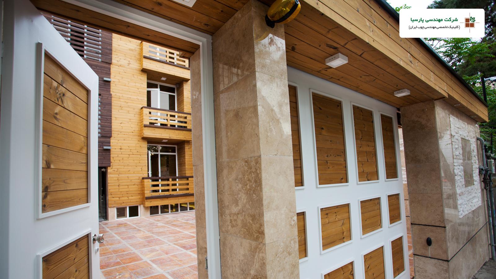 نمای ساختمان و درب پارکینگ از چوب ترمو