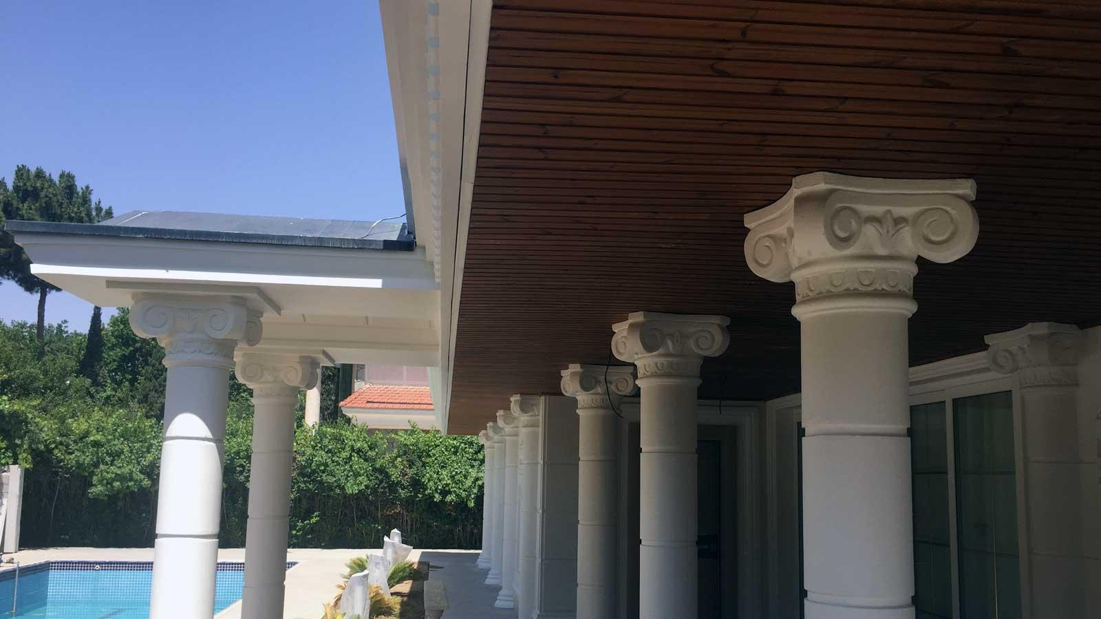 سقف ترموود چوبی با ستون های سفید